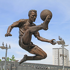 customized castring bronze man playing football statues